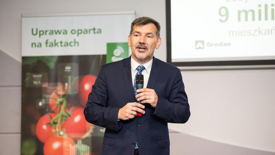 e-Gro launch and 50th Anniv PL, man, presenting, tomato, microfone, grodan